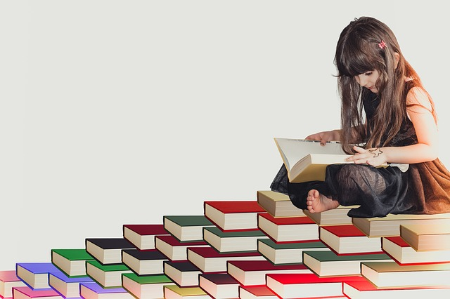絵本を読んでいる子ども
