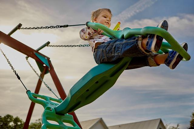 公園で遊んでいる子ども